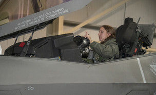 טייסת אישה במטוס חמקן (צילום: חיל האוויר האמריקאי)