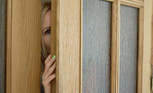 אמא מציצה בדלת (אילוסטרציה: Zapylaieva Hanna, shutterstock)