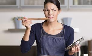 אישה טועמת אוכל מסיר (צילום:  LarsZ, shutterstock)