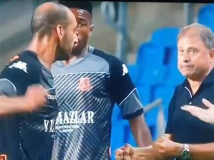 רגע התקרית בין הבלם למאמן (צילום: ספורט 5)
