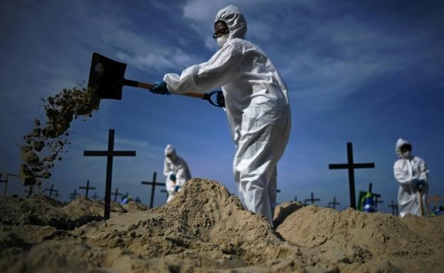 הקברים שנחפרו בחוף קופה קבנה (צילום: Bankok post)