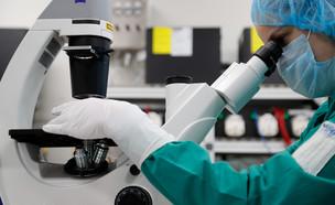 מדענית בוחנת תאי קורונה  (צילום: רויטרס)