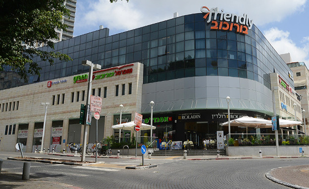 המרכז המסחרי של בורוכוב, גבעתיים (צילום: איל יצהר, גלובס)