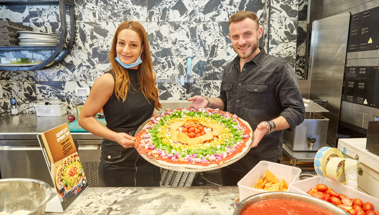אסיף אלקיים ומעיין אדם  מראים את הפיצה