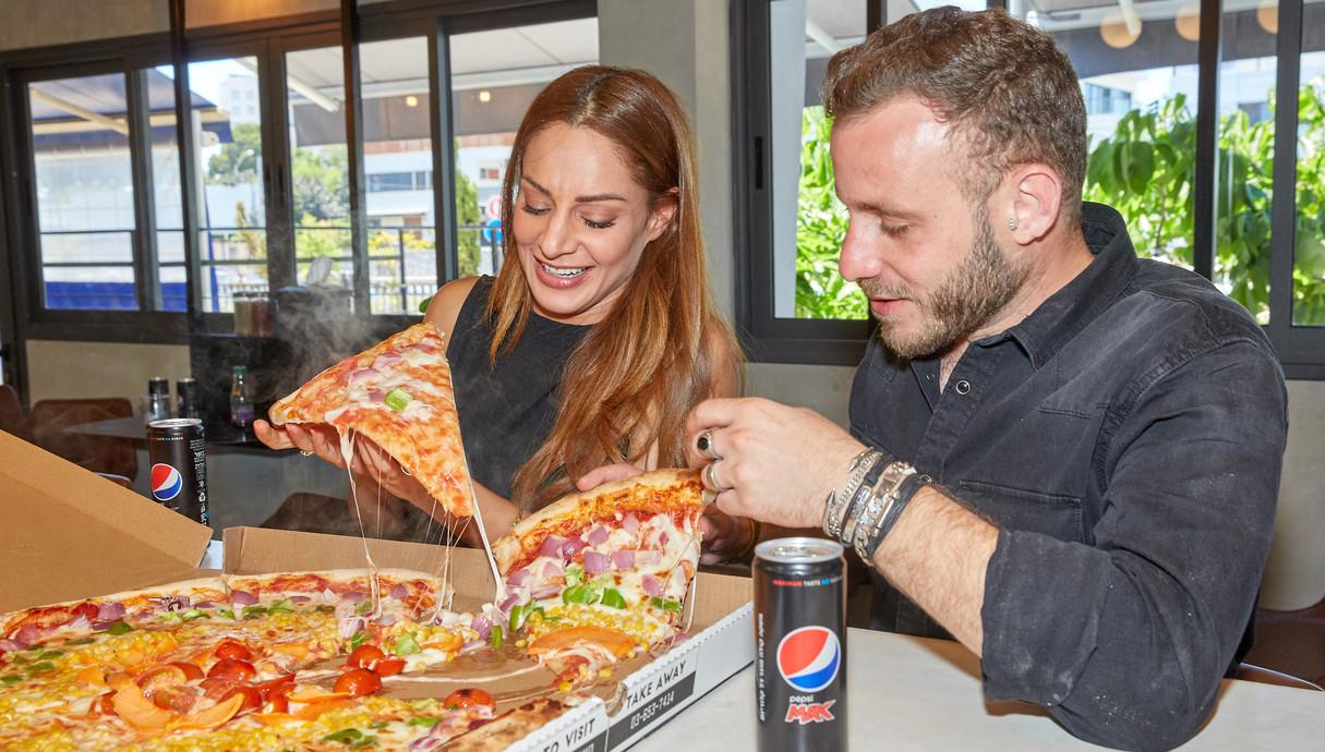 אסיף אלקיים ומעיין אדם אוכלים פיצה