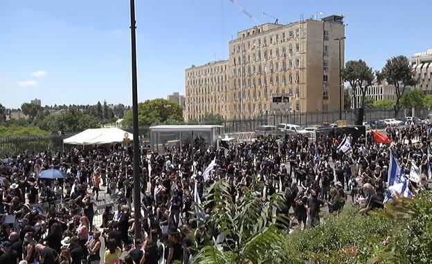 אלפי אומנים ועובדי במה מפגינים