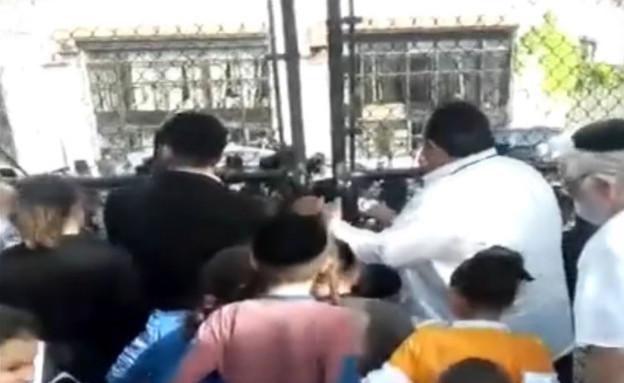 תושבים חרדים פורצים לגנים ציבוריים בברוקלין (צילום: Eyewitness News ABC7NY)
