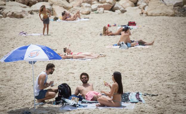 ישראלים בים בתל אביב למרות ההנחיות