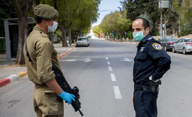 חייל ושוטר במחסום זמני בירושלים בזמן הפסח