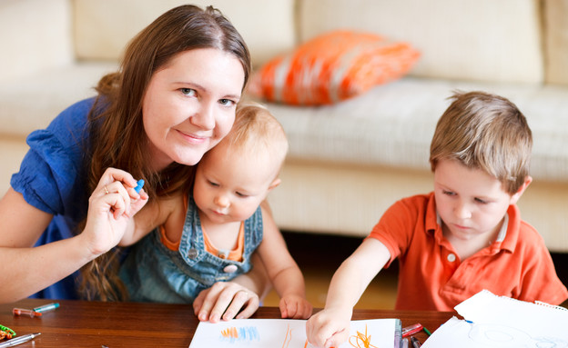 אמא ושני ילדים מציירים ביחד (צילום: BlueOrange Studio, shutterstock)