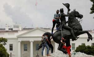 מפגינים מנסים להפיל את פסל הנשיא אנדרו ג'קסון (צילום: שי פרנקו,רויטרס)
