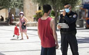 אכיפת משטרה של תקנות הקורונה (צילום: פיטוסי , פלאש 90)
