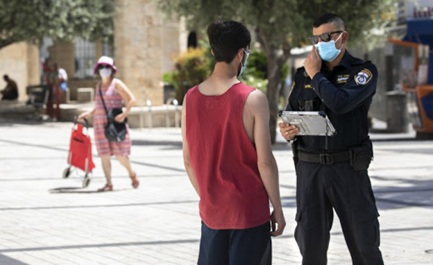 אכיפת משטרה של תקנות הקורונה (צילום: אוליבר פיטוסי , פלאש 90)