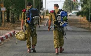 """חיילים יוצאים מבסיס צה""""ל (צילום: Stavchansky Yakov, shutterstock)"""