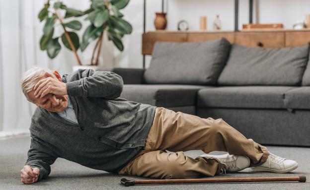 איש מבוגר נופל (צילום: shutterstock By LightField Studios)