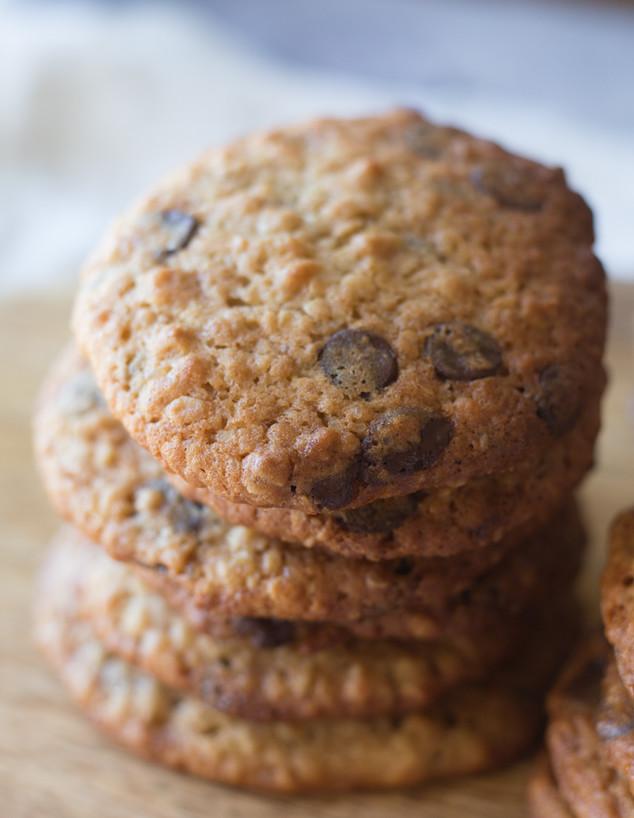 עוגיות שוקולד צ'יפס רכות עם שיבולת שועל - בערימה