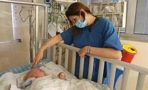 """עידו וד""""ר דגנית אדם כהן ביחידת טיפול נמרץ ילדים (צילום: בית חולים מאיר)"""