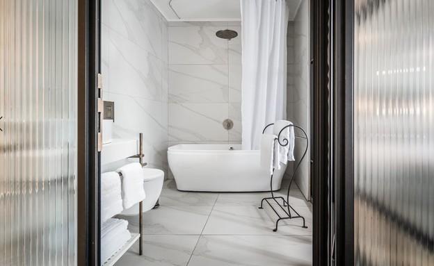 המקלחת בחדר, מלון זמארין
