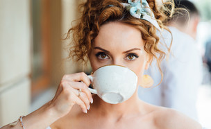 אישה שותה קפה (צילום: Ruslan_127, shutterstock)