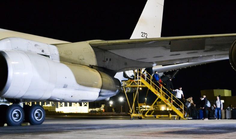 העליה למטוס (צילום: באדיבות טייסת 120, חיל האוויר)