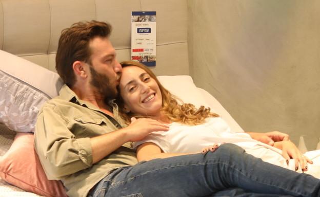 עוז זהבי ובת הזוג קונים מזרן. יוני 2020 (צילום: רפי דלויה, יחסי ציבור)