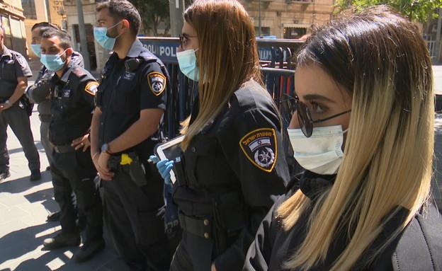 שוטרים אוכפים את ההגבלות (צילום: N12)