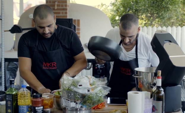 """קובי ומצליח מתכוננים לסרוויס (צילום: מתוך """"המטבח המנצח"""", קשת 12)"""