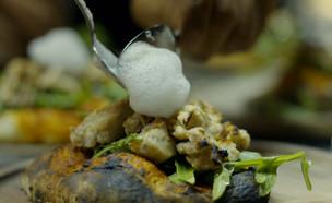 """קובי ומצליח מכינים את המנה הראשונה (צילום: מתוך """"המטבח המנצח"""", קשת 12)"""