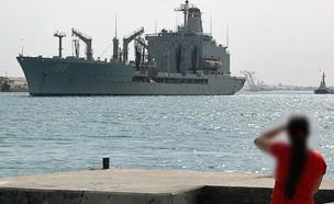 נערה צופה על ספינת הצי (צילום: AFP via Getty Images)