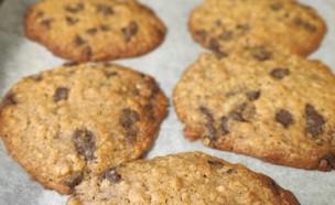 נועה מכינה עוגיות שוקולד צ'יפס שיבולת שועל (צילום: אלון חן)