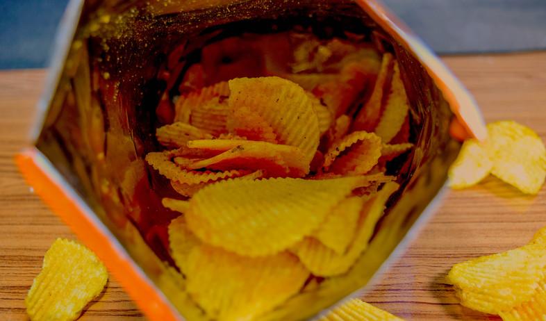 שקית חטיפים פתוחה (צילום:  KIATTICHAI BOONNA, Shutterstock)