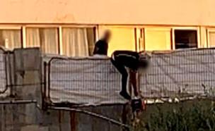 """חולים מאומתים נמלטים ממלון הקורונה (צילום: מתוך """"חי בלילה"""", קשת 12)"""