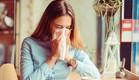 אישה מקנחת את האף, אלרגיה (צילום:  HBRH, shutterstock)