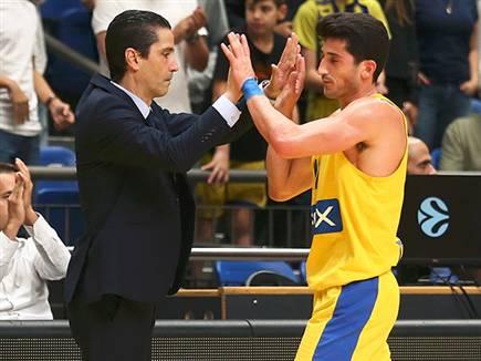 הקפטן והמאמן ברגע מיוחד (צילום: אלן שיבר) (צילום: ספורט 5)