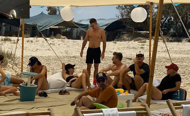 גל גדות במשחק מטקות בחוף דור EXT2 (צילום: ערב טוב עם גיא פינס, קשת 12)