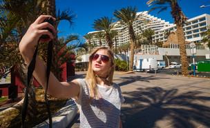 נערה מצלמת סלפי באילת (אילוסטרציה: andras_csontos, shutterstock)