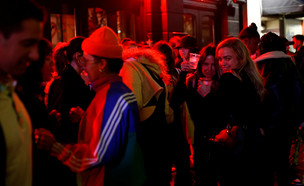 התקהלויות בלונדון עם פתיחת הפאבים (צילום: רויטרס)