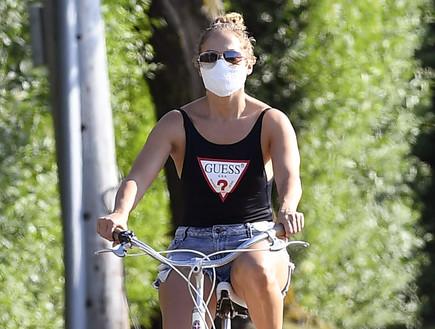 לא מעכלים את הגיל: ג'יי לו רכבה על אופניים במכנסון קצרצר