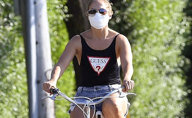 ג'ניפר לופז רוכבת על אופניים. יולי 2020 (צילום: splash news)
