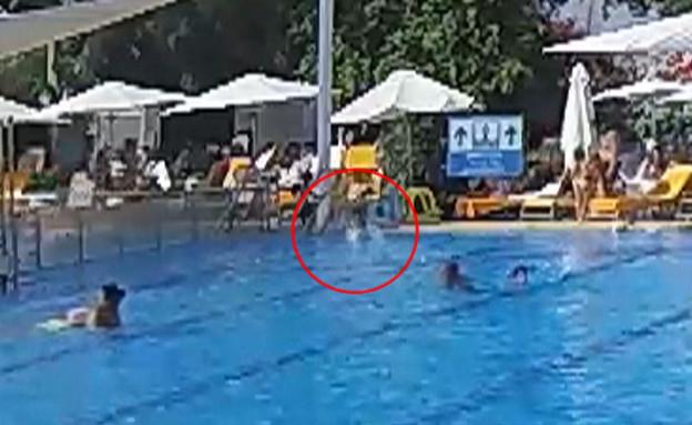 שניות מאסון: פעוט ללא השגחה כמעט וטבע בבריכה