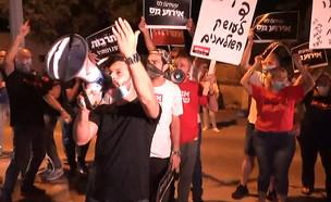 הפגנה מחוץ לביתו של צחי הנגבי (צילום: N12)