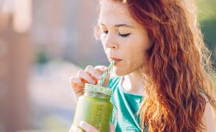אישה שותה שייק ירוק (צילום:  Beatriz Vera, shutterstock)