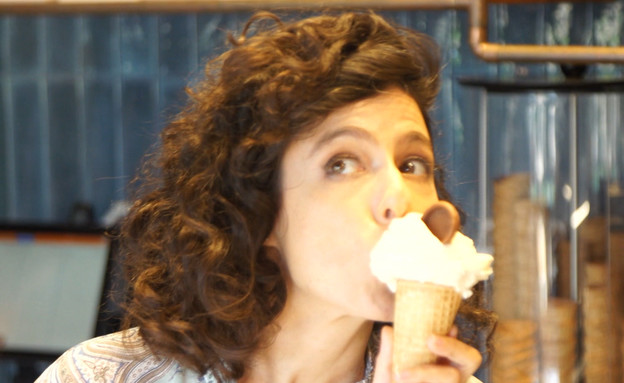 """ריטה גולדשטיין יצאה לטעום גלידת צנוברים (צילום: מתוך """"חי בלילה"""", קשת 12)"""