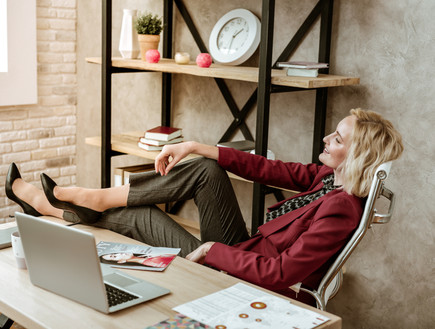 אישה בעבודה (צילום:  YAKOBCHUK VIACHESLAV, shutterstock)