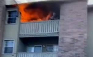 תינוק נזרק מבית שעולה באש (צילום: ABC)