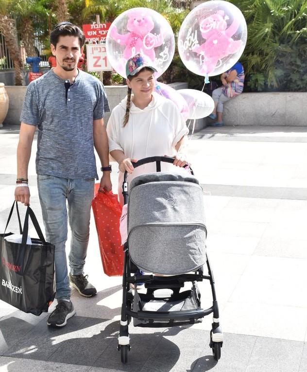 ג'קי אזולאי בדרך הביתה עם התינוקת