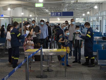 ביוון שוקלים לסגור את הגבולות: כ-100 תיירים חולים נכנסו למדינה
