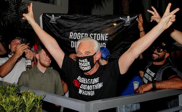 רוג'ר סטון חוגג את ביטול עונשו (צילום: רויטרס)