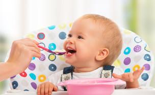 תינוק אוכל (צילום:  Evgeny Atamanenko, Shutterstock)