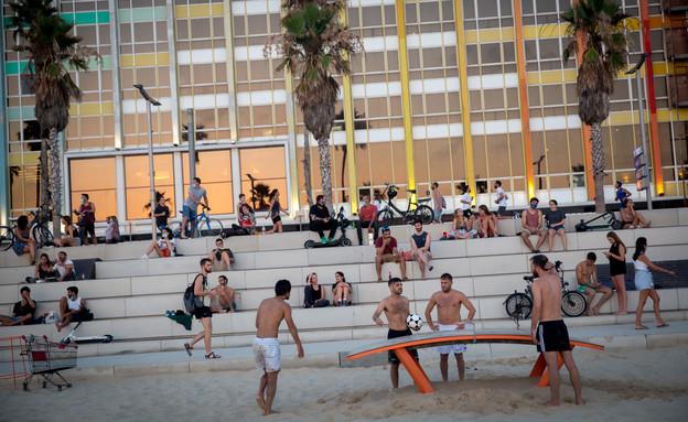 ישראלים נהנים בחוף בתל אביב, למרות התחלואה הגבוהה (צילום: מרים אלסטר, פלאש 90)